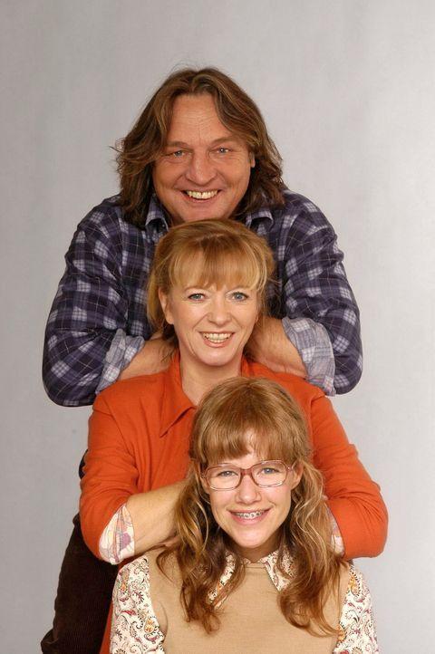 (2. Staffel) - Lisa (Alexandra Neldel, unten) mit ihren Eltern Bernd (Volker Herold, oben) und Helga (Ulrike Mai, M.) Plenske. (Dieses Foto von Alex... - Bildquelle: Andre Kowalski SAT.1