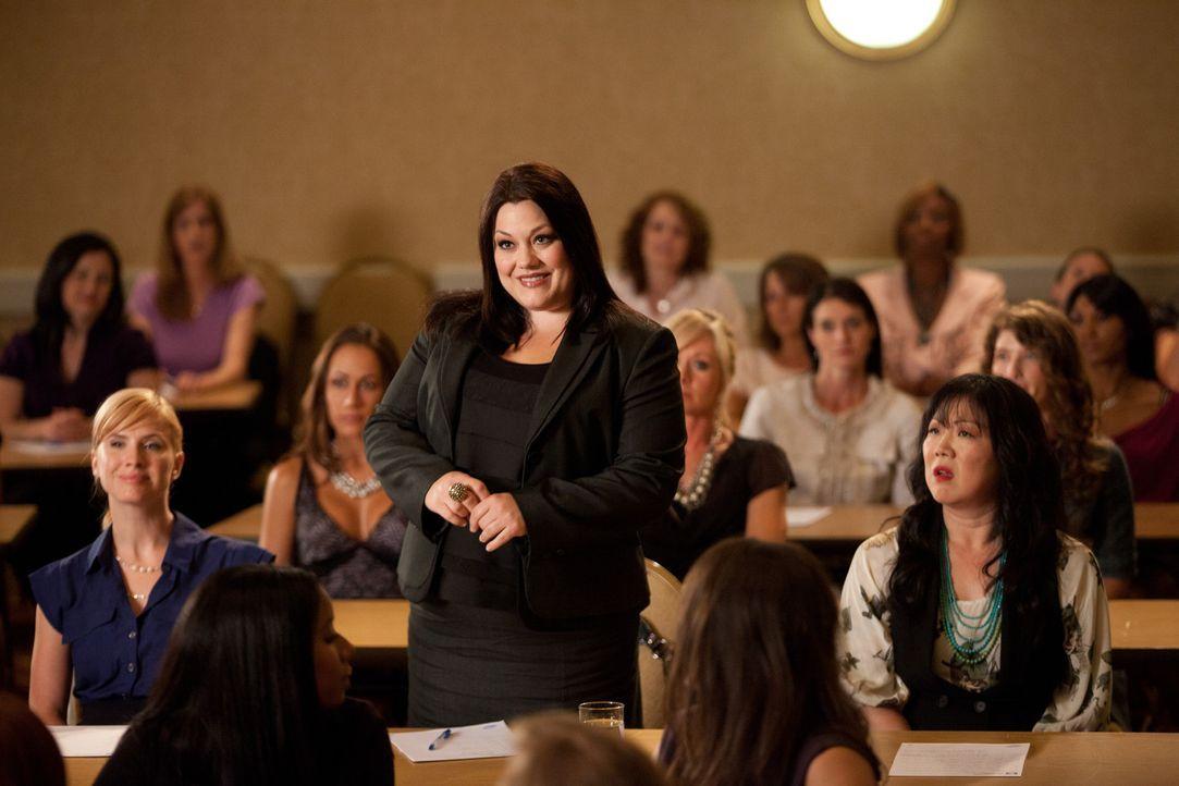 Jane (Brooke Elliott, M.) besucht ein Seminar einer ehemaligen Mitschülerin ihrer Assistentin Teri Lee (Margaret Cho, r.) ... - Bildquelle: 2011 Sony Pictures Television Inc. All Rights Reserved.