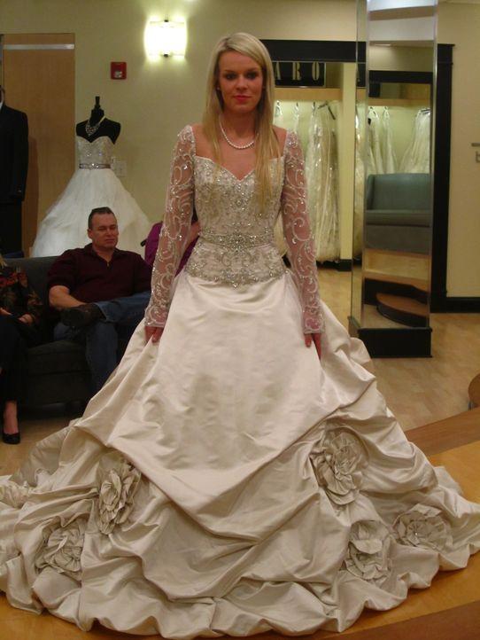Kelli möchte eine schicke und moderne Braut sein und ihr Kleid soll natürlich diesen Vorstellungen genau entsprechen ... - Bildquelle: Shine International