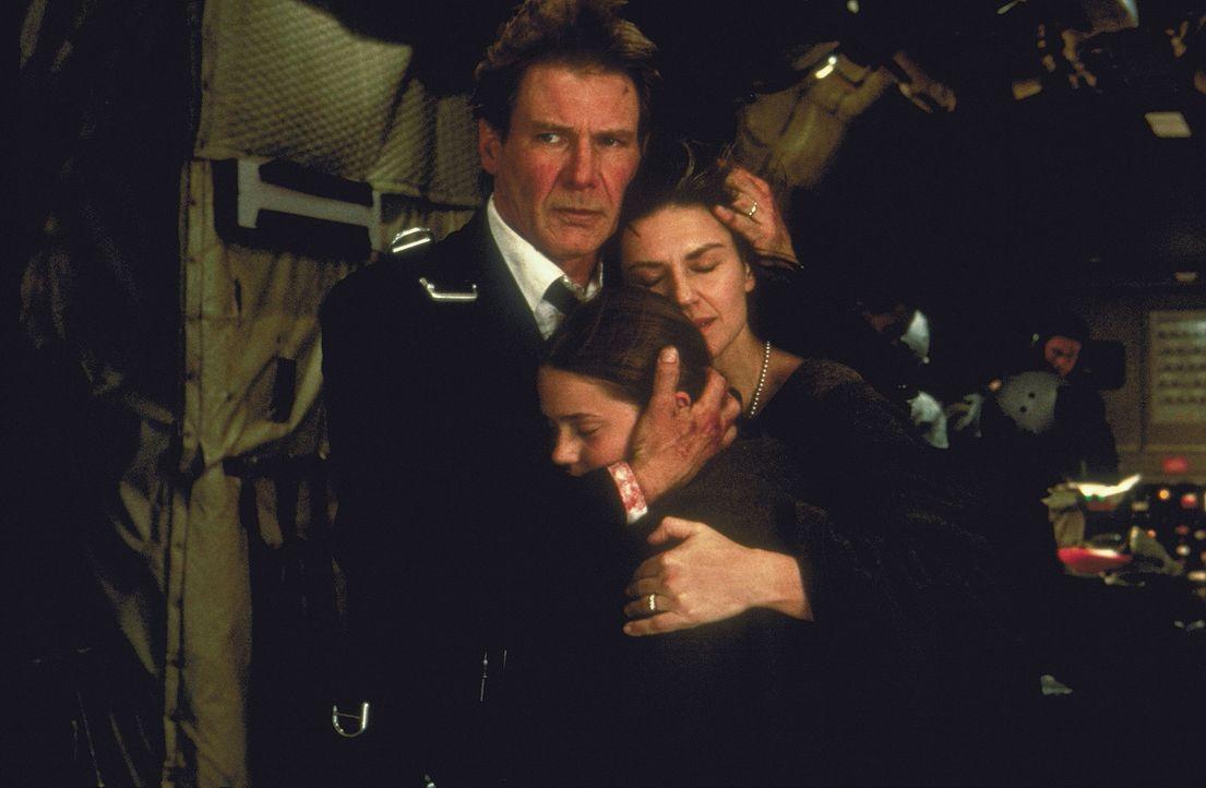 Schweben in Lebensgefahr: US-Präsident James Marshall (Harrison Ford, l.), seine Frau Grace (Wendy Crewson, r.) und seine Tochter Alice (Liesel Mat... - Bildquelle: Buena Vista International