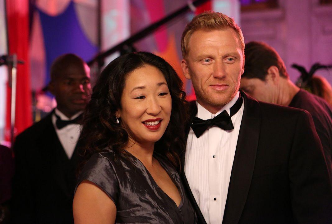 Als Christina (Sandra Oh, l.) bemerkt, dass sich Owen (Kevin McKidd, r.) auf der Spendengala für längere Zeit mit einer Frau unterhält, geht sie... - Bildquelle: ABC Studios