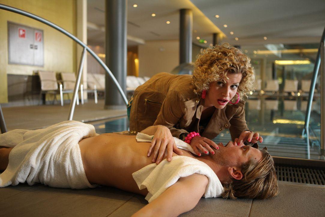Dass ihr neuer Traumkörper auch eine Waffe sein kann, muss Rike (Theresa Underberg, oben) am eigenen Leib erfahren, denn Hotelgast Schröder (Andre... - Bildquelle: Petro Domenigg SAT.1