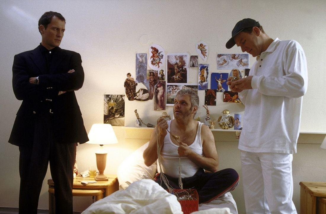 Fiedlers (Markus Knüfken, l.) einziger Ansprechpartner ist der Pfleger Peter (Götz Schubert, r.). Zu seinem Zimmerkollegen Werner (László Kish, M.)... - Bildquelle: Norbert Kuhroeber ProSieben