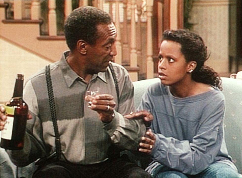Nach ihrem Alkoholexzess kann Vanessa (Tempsett Bledsoe, r.) gar nicht mit ansehen, wie sich Cliff (Bill Cosby, l.) anscheinend vor ihren Augen betr... - Bildquelle: Viacom