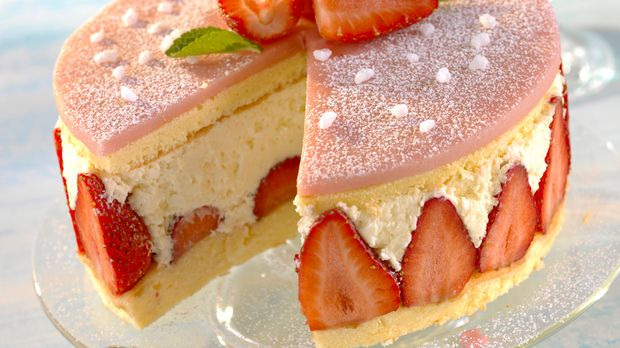 Erdbeer sahne torte kuchen aus biskuitteig backen nach rezept for Kuchen zusammenstellen programm