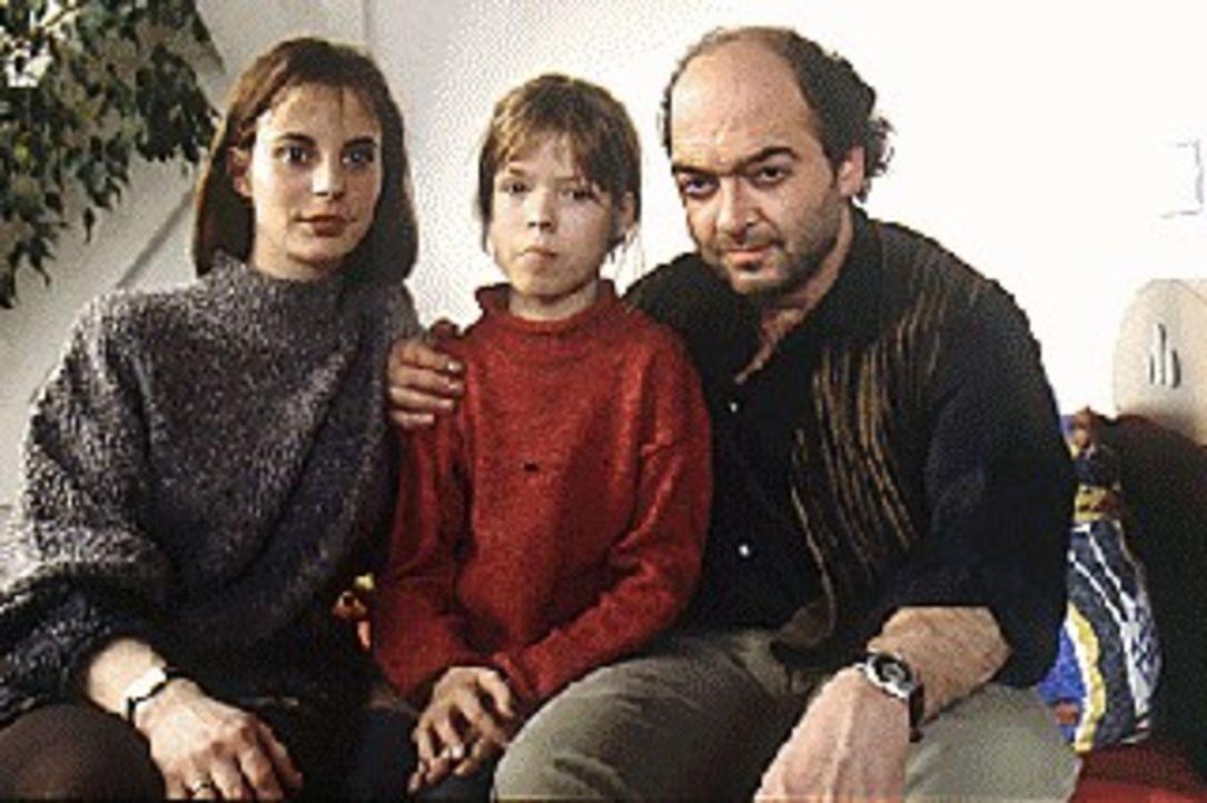 Justus (Florian Martens, r.) und Nele Bär (Julia Jäger, l.) führen ein glückliches Leben mit ihrer kleinen Tochter Natascha (Luise Helm, M.). Als ei... - Bildquelle: Alfred Steffen Sat.1