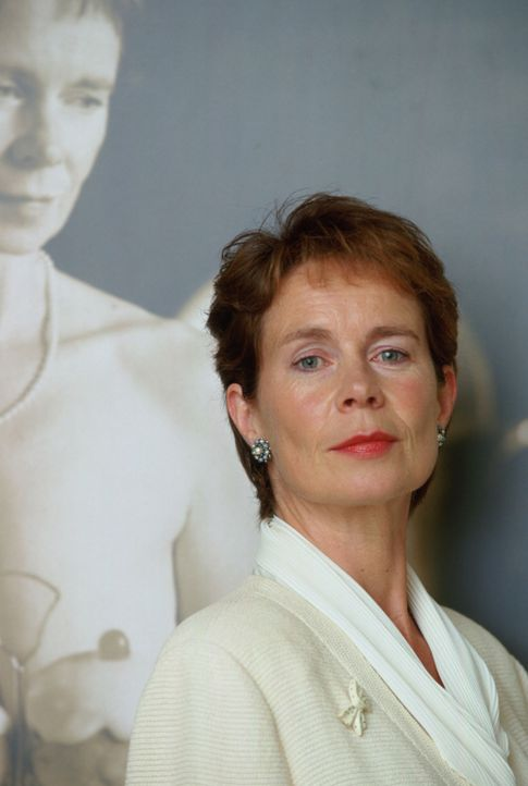 Das Los hat entschieden, dass Celia (Celia Imrie) die erste der Damen ist, die vor die Kamera treten soll. Ihr Bild wird den November des Kalenders... - Bildquelle: Jamie Midgley Buena Vista Pictures Distribution /   Touchstone Pictures. All Rights Reserved.