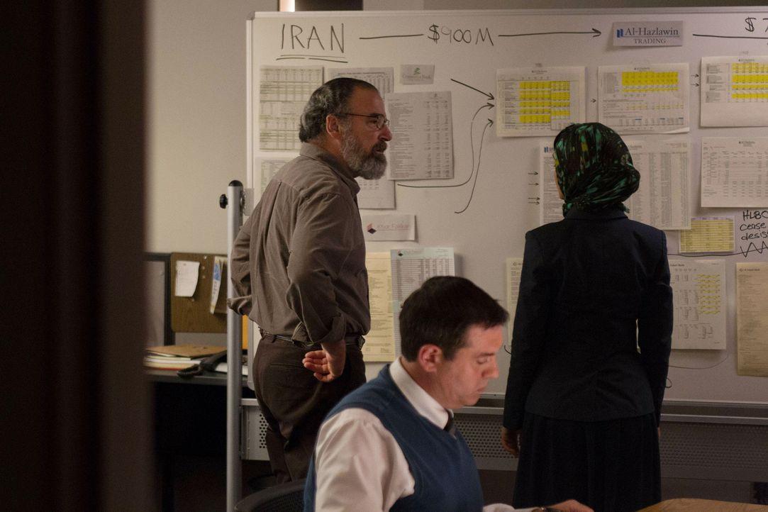 Mit Hilfe von einer Analystin (Nazanin Boniadi, r.) für den internationalen Geldmarkt, versucht Saul (Mandy Patinkin, l.) eine Spur zu Javadi zu bek... - Bildquelle: 2013 Twentieth Century Fox Film Corporation. All rights reserved.