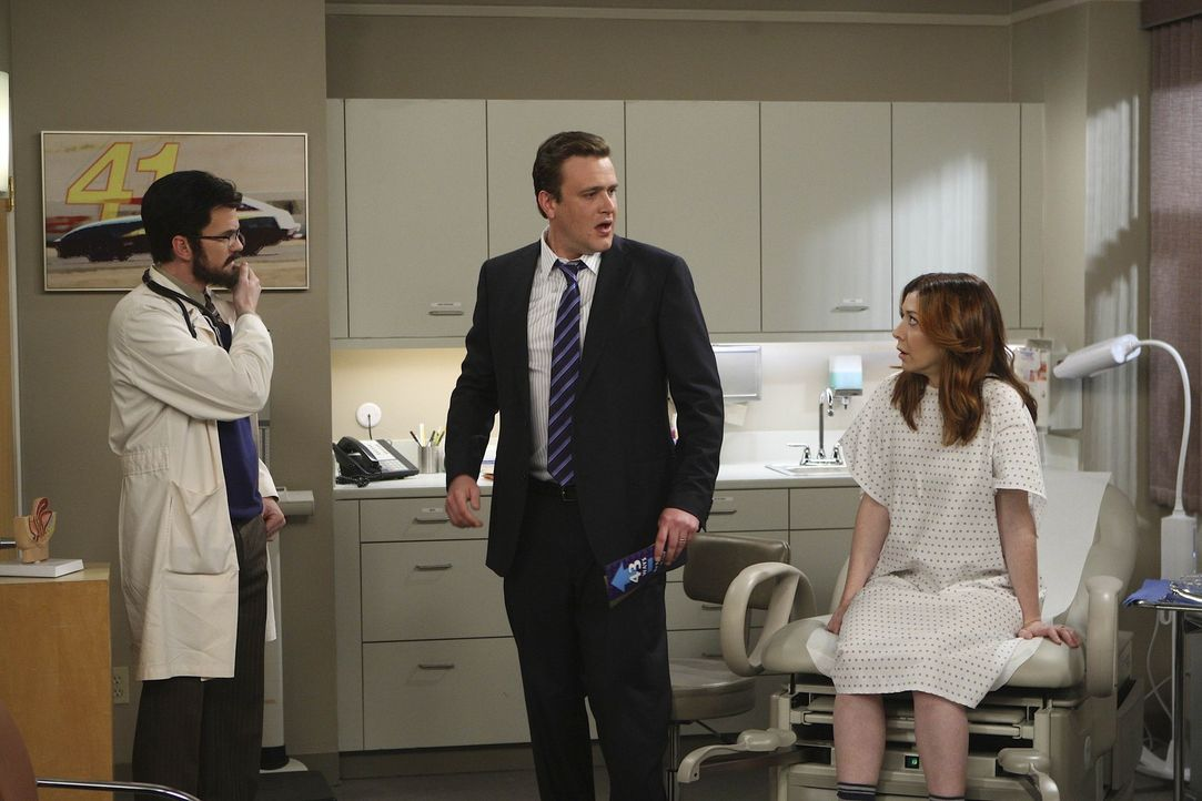 Marshall (Jason Segel, M.) und Lily (Alyson Hannigan, r.) sind immer noch nicht schwanger und suchen deshalb den Spezialisten Dr. Stangel (Neil Patr... - Bildquelle: 20th Century Fox International Television