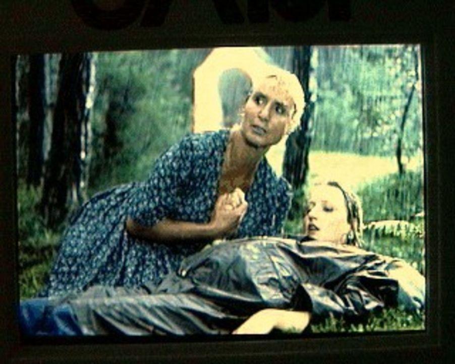 Waltraud Zirngiebel (Diana Körner, l.) findet ihre Tochter Regina (Katharina Schubert, r.), die ihre Schwangerschaft bis jetzt verschwiegen hatte ... - Bildquelle: SAT.1