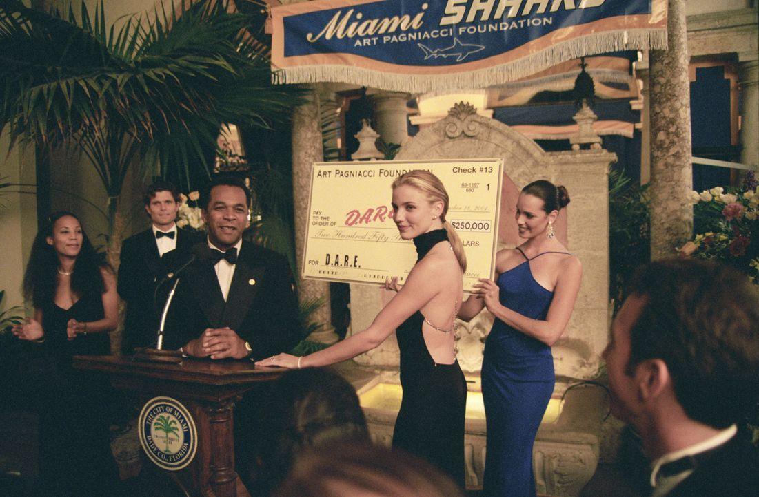 Football-Clubbesitzerin Christina Pagniacci (Cameron Diaz, 2.v.r.) ist eine eiskalte Geschäftsfrau, die nur den Profit sieht ... - Bildquelle: Warner Brothers