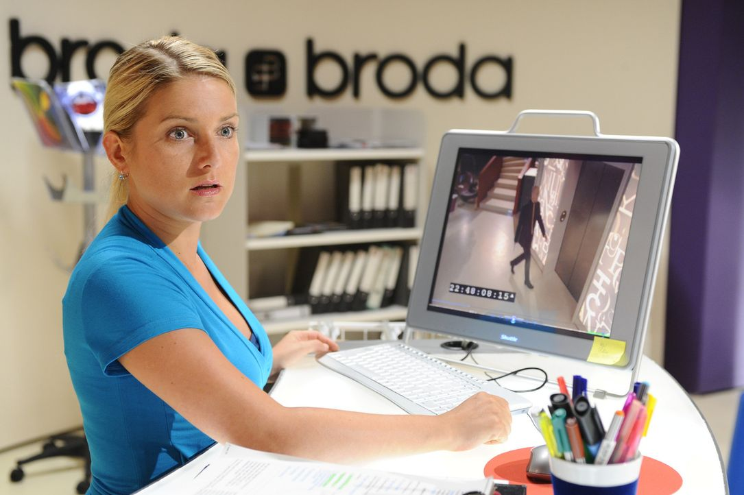 Anna (Jeanette Biedermann) überprüft die Überwachungskamera und muss Erschreckendes feststellen ... - Bildquelle: Sat.1