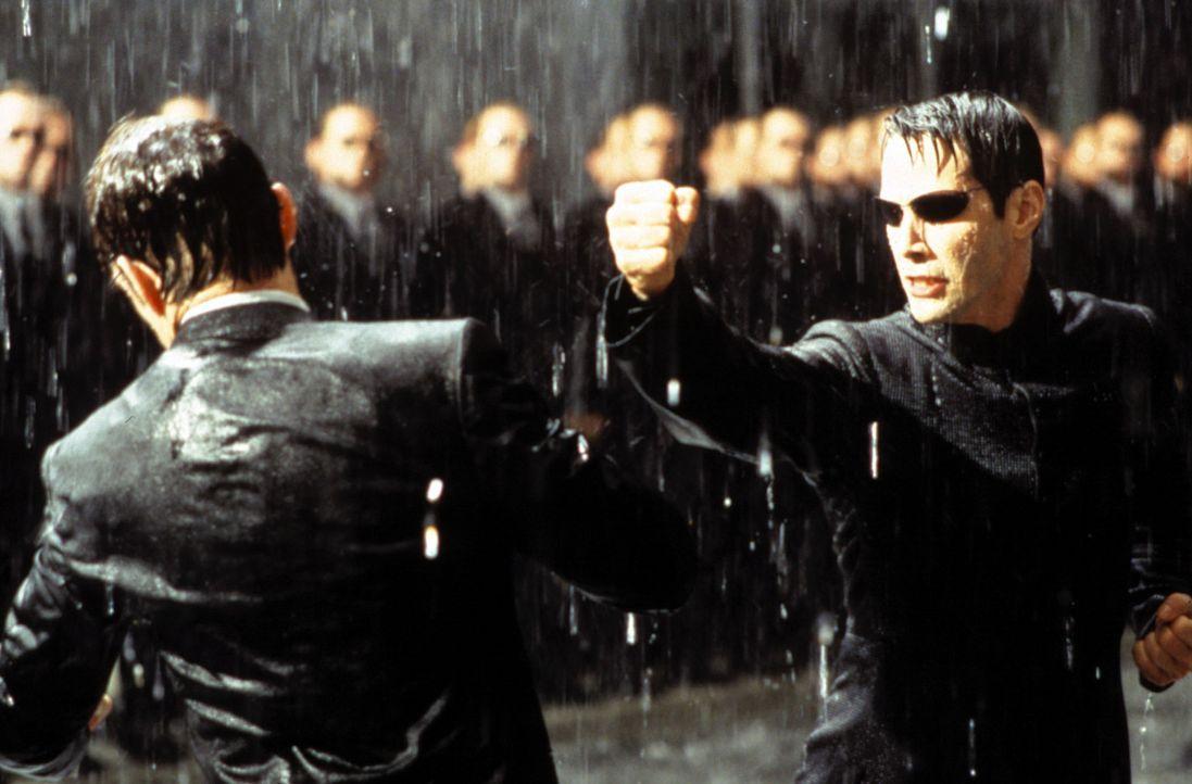 Zwischen Neo (Keanu Reeves, r.) und Agent Smith (Hugo Weaving, l.) entbrennt der Kampf der Kämpfe ? - Bildquelle: Warner Bros.
