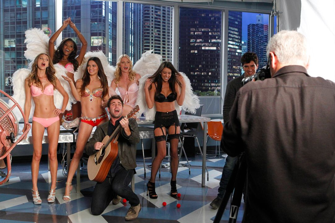 Als für ein Fotoshooting Victoria's-Secret-Models in die Agentur kommen, sind Zach (James Wolk, vorne l.) und Andrew (Hamish Linklater, 2.v.r.) tota... - Bildquelle: 2013 Twentieth Century Fox Film Corporation. All rights reserved.