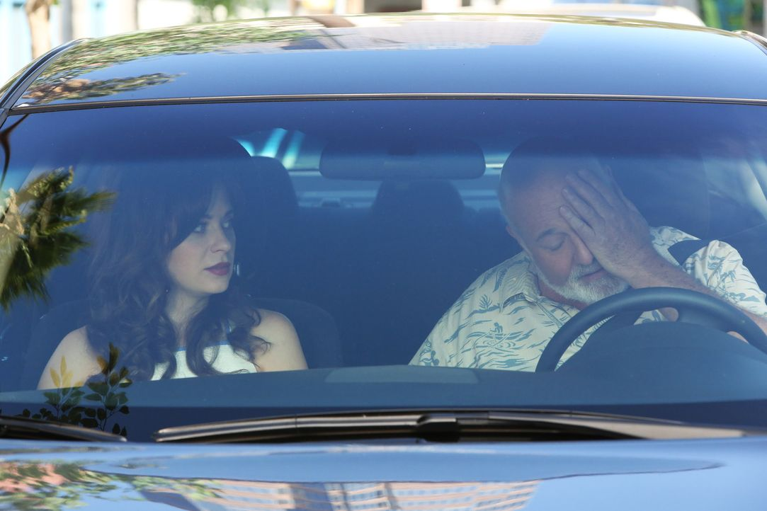Die Gefühle ihres Vaters Bob (Rob Reiner, r.), gehen Jess (Zooey Deschanel, l.) unter die Haut ... - Bildquelle: 2014 Twentieth Century Fox Film Corporation. All rights reserved.