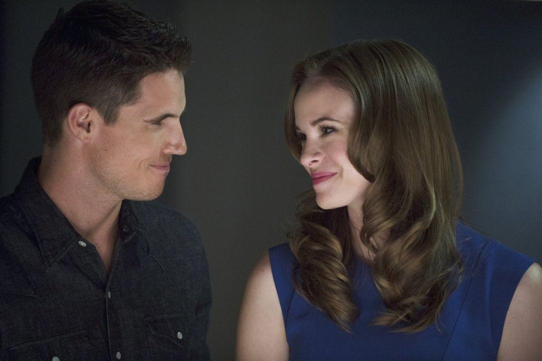 Wird mit ihrer Vergangenheit und dem Tod ihres Verlobten Ronnie (Robbie Amell, l.) konfrontiert: Caitlin (Danielle Panabaker, r.) ... - Bildquelle: Warner Brothers.