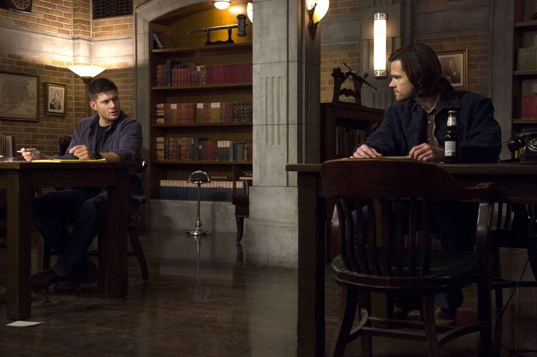 Während Sam (Jared Padalecki, r.) sich einem neuen Fall widmet, ist Dean (Jensen Ackles, l.) von der Suche nach Abaddon besessen ... - Bildquelle: 2013 Warner Brothers