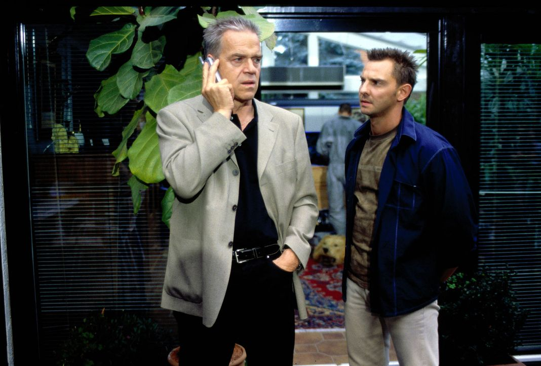 Kommissar Wolff (Jürgen Heinrich, l.) und Tom (Steven Merting, r.) beschatten gemeinsam den Tatverdächtigen Seiler. - Bildquelle: Leslie Haslam Sat.1