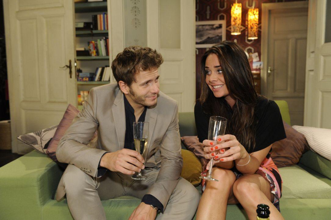 Sowohl Paloma (Maja Maneiro, r.), als auch Enrique (Jacob Weigert, l.) sind entschlossen, die eingetroffenen Scheidungspapiere sofort zu unterschrei... - Bildquelle: SAT.1