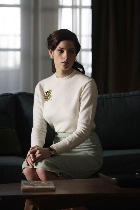 Amanda (Ashley Greene) setzt alle Hoffnung auf die Ehe mit Ted, um den gesellschaftlichen Anforderungen zu entsprechen ... - Bildquelle: 2011 Sony Pictures Television Inc.  All Rights Reserved.