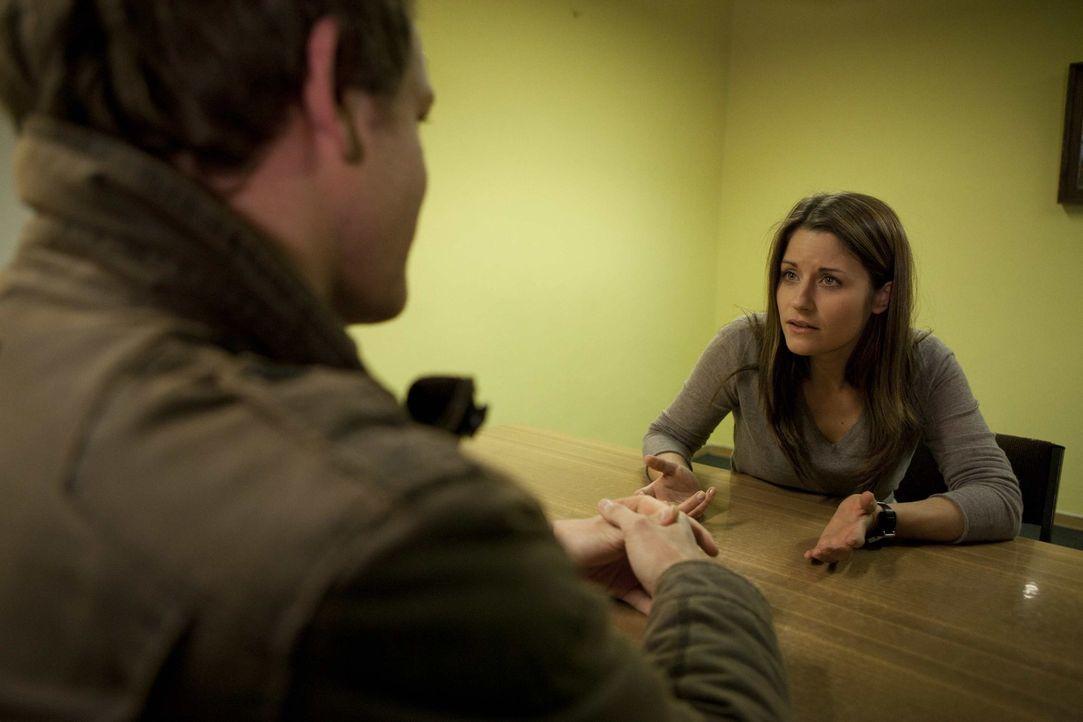 Nach einer letzten Aussprache mit Jens (Michael Strakl, l.) kommt Bea (Vanessa Jung, r.) überglücklich nach Hause und kann nach einer kleinen Feie... - Bildquelle: SAT.1