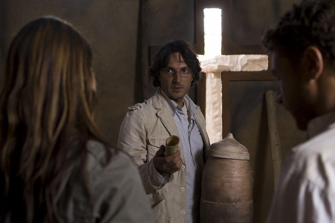 In Israel stoßen Johanna (Cosma Shiva Hagen, l.) und Simon (Olivier Sitruk, r.) auf das Grab der letzten Seherin. Alles deutet daraufhin, dass diese... - Bildquelle: Olaf R. Benold ProSieben