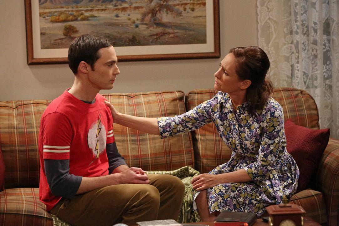 Howard und Sheldon (Jim Parsons, l.) wollen Sheldons Mutter (Laurie Metcalf, r.) einen Überraschungsbesuch abstatten. Als sie bei ihr ankommen, beob... - Bildquelle: Warner Brothers
