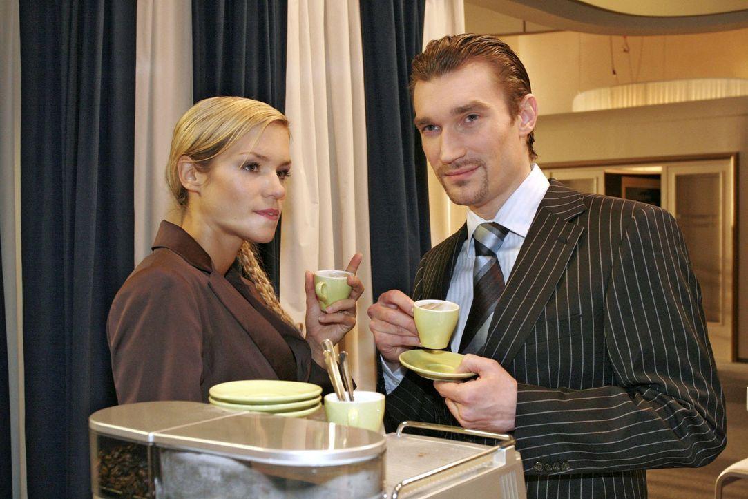 Was will der Stofflieferant Blum bloß von Lisa? Richard (Karim Köster, r.) und Sabrina (Nina-Friederike Gnädig, l.) rätseln - und sind sich sich... - Bildquelle: Sat.1