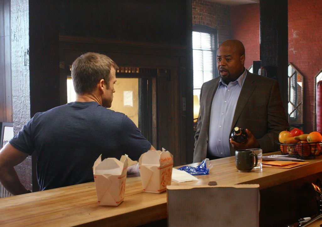 Christopher Chance (Mark Valley, l.) ist Personenschützer und Sicherheitsexperte. Er und sein Partner Winston (Chi McBride, r.) haben ein Unternehme... - Bildquelle: Warner Bros.