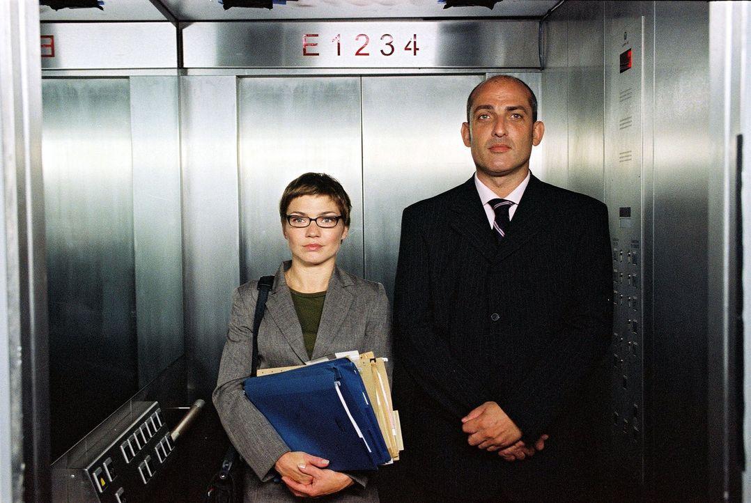 Hendrik (Leon Boden, r.) ist im Gegensatz zu seiner Kollegin Anna (Claudia Schmutzler, l.) mit reichlich Selbstbewusstsein gesegnet. Doch wer zuletz... - Bildquelle: Susan Skelton Sat.1