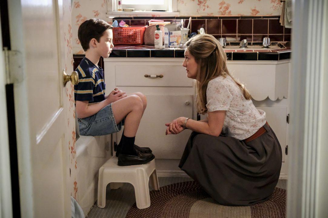 Mary (Zoe Perry, r.) sucht das Gespräch mit Sheldon (Iain Armitage, l.), als sie erfährt, dass er schikaniert wird. Doch wird Sheldon wirklich preis... - Bildquelle: Warner Bros. Television