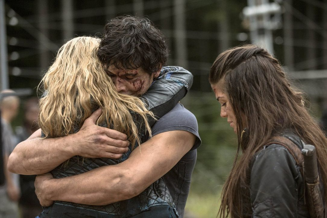 Finn und Murphy, nicht ahnend, dass Clarke (Eliza Taylor, l.), Bellamy (Bob Morley, M.) und Octavia (Marie Avgeropoulos, r.) sich im Lager bereits w... - Bildquelle: 2014 Warner Brothers