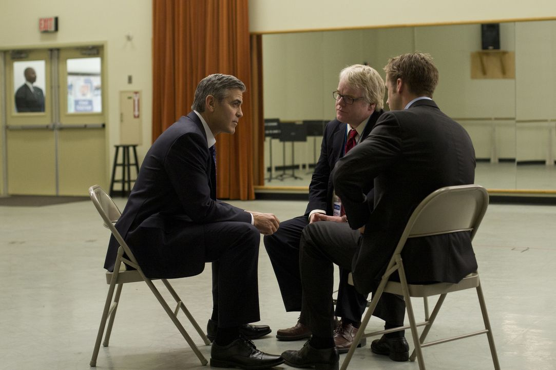 Nicht nur der demokratische Präsidentschaftskandidat Mike Morris (George Clooney, l.), sondern auch sein erfahrener Kampagnenleiter Paul Zara (Phili... - Bildquelle: Saeed Adyani 2011 IDES FILM HOLDINGS, LLC. ALL RIGHTS RESERVED.