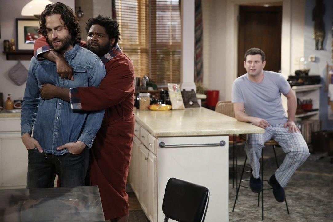 Als Danny (Chris D'Elia, l.) gegenüber Justin (Brent Morin, r.) erwähnt, dass Shelley (Ron Funches, M.) keine Wohnung hat, versucht Justin in auszut... - Bildquelle: Warner Brothers