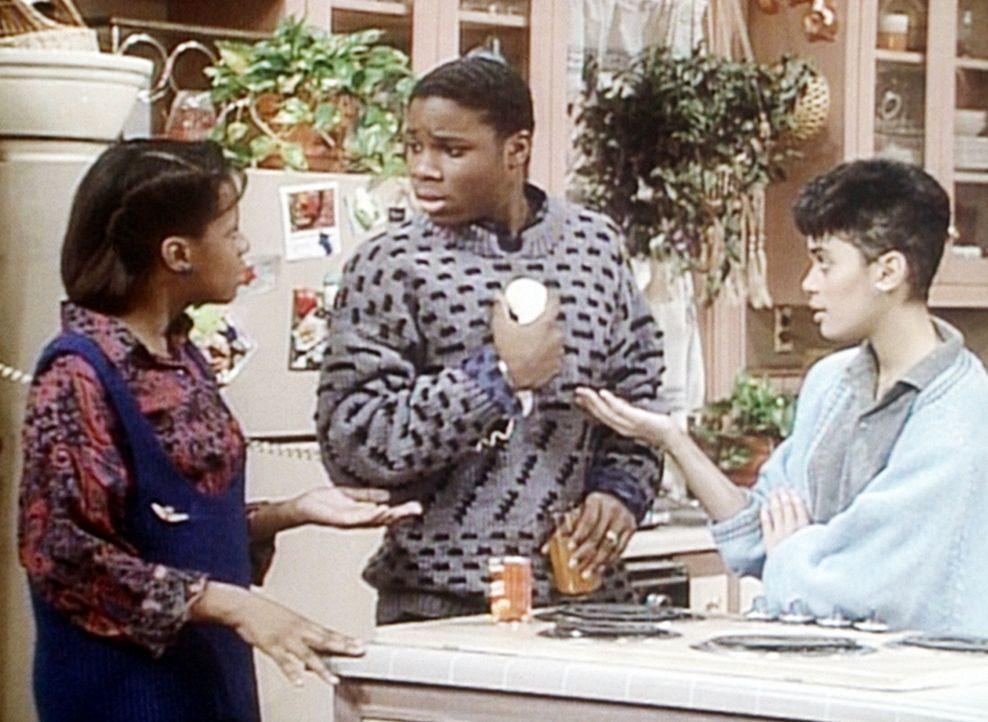 Theo (Malcolm-Jamal Warner, M.) ist in der Zwickmühle. Sowohl Vanessa (Tempsett Bledsoe, l.) als auch Denise (Lisa Bonet, r.) wollen telefonieren,... - Bildquelle: Viacom
