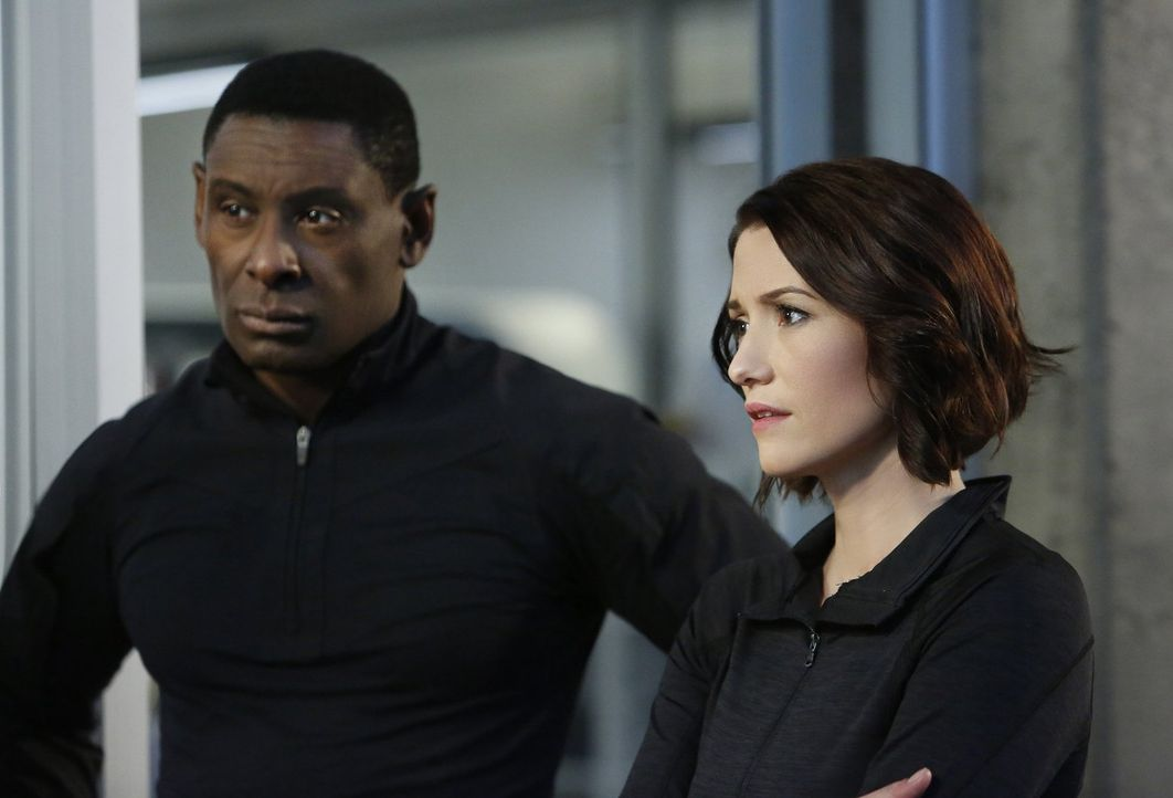 Während Hanks (David Harewood, l.) Vergiftung unerwartete Ausmaße annimmt, überlegt Alex (Chyler Leigh, r.), wie sie ihrer Mutter ihr Coming-Out bei... - Bildquelle: 2016 Warner Bros. Entertainment, Inc.