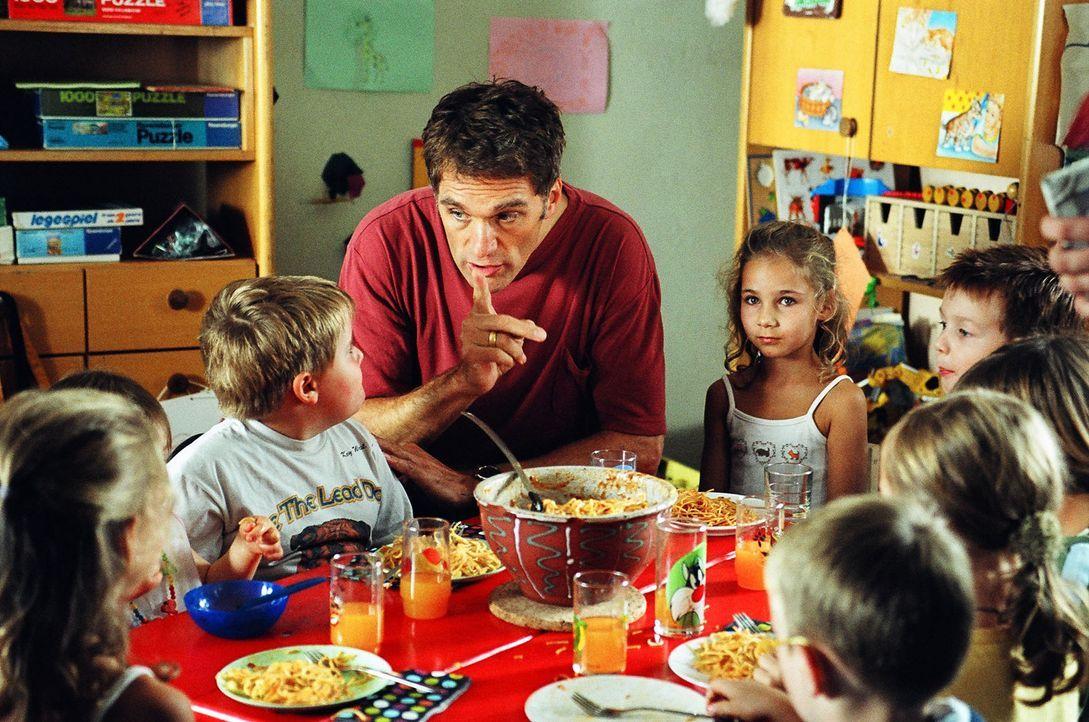 Stefan Herrlich (Walter Sittler) stellt sein Organisationstalent unter Beweis: Er gründet einen Privat-Kindergarten. - Bildquelle: Gordon Mühle Sat.1