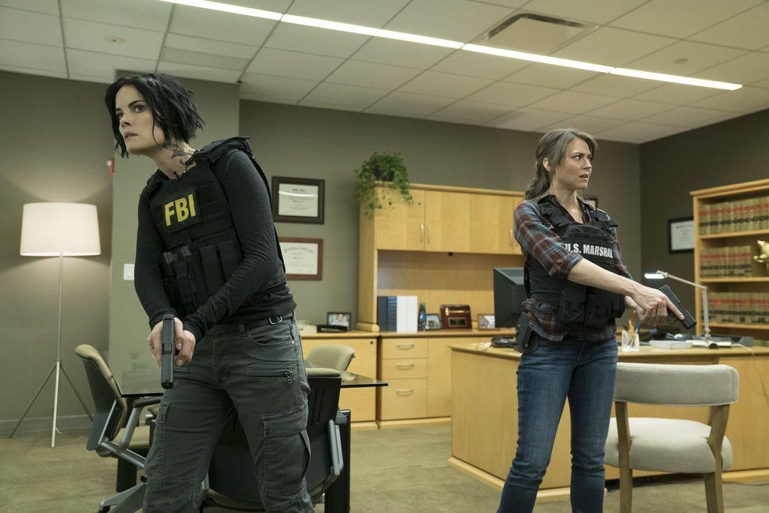 Im Visier eiskalter Killer: Jane (Jaimie Alexander, l.) und die schwangere Allie (Trieste Kelly Dunn, r.) ... - Bildquelle: Warner Brothers