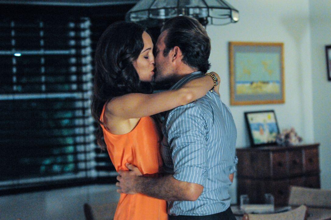 Sind glücklich miteinander: Danny (Scott Caan, r.) und Gabrielle (Autumn Reeser, l.) ... - Bildquelle: 2013 CBS Broadcasting, Inc. All Rights Reserved.