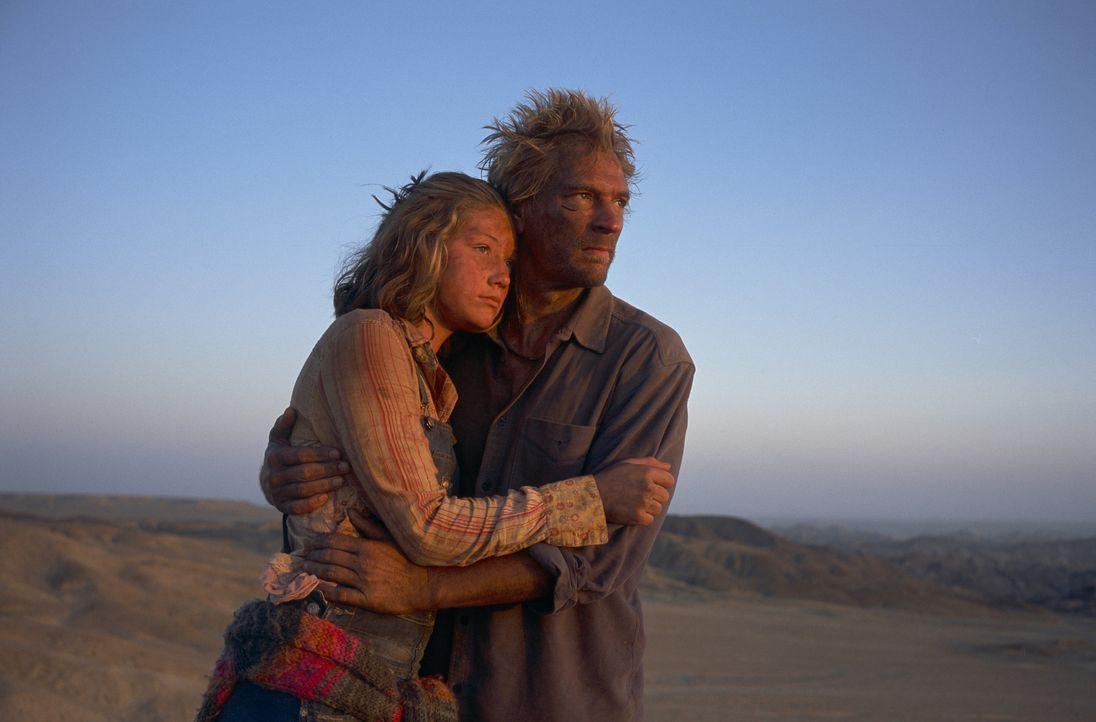 Nach dem Tod ihrer Mutter macht sich die 14-jährige Grace (Camille Summers, l.) auf den Weg nach Afrika, um ihren Vater Gary (Julian Sands, r.) zu... - Bildquelle: Gaumont