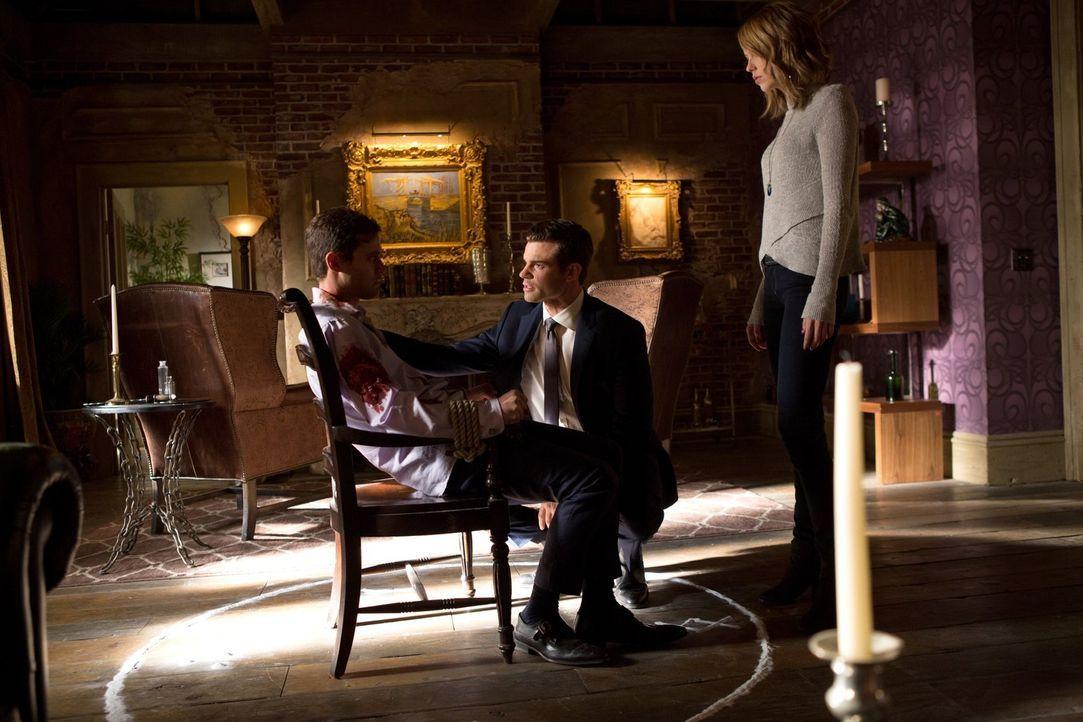Werden Elijah (Daniel Gillies, M.) und Freya (Riley Voelkel, r.) von den Styx hinters Licht geführt, die mit einem alten Bekannten zusammenarbeiten,... - Bildquelle: Warner Bros. Entertainment Inc.