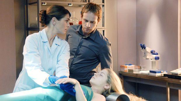 Dr. Stefanie Peters (Nicole Marischka, l.) zeigt Philip (Julian Weigend, r.)...