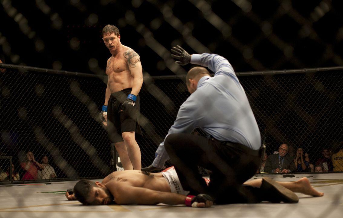 Kaum aus dem Irak heimgekehrt, mischt der Ex-Marine Tom Conlon (Tom Hardy, stehend) in den Mixed-Martial-Arts-Turnieren gewaltig auf. Von seinem ung... - Bildquelle: 2011 Lions Gate Films Inc. All Rights Reserved.