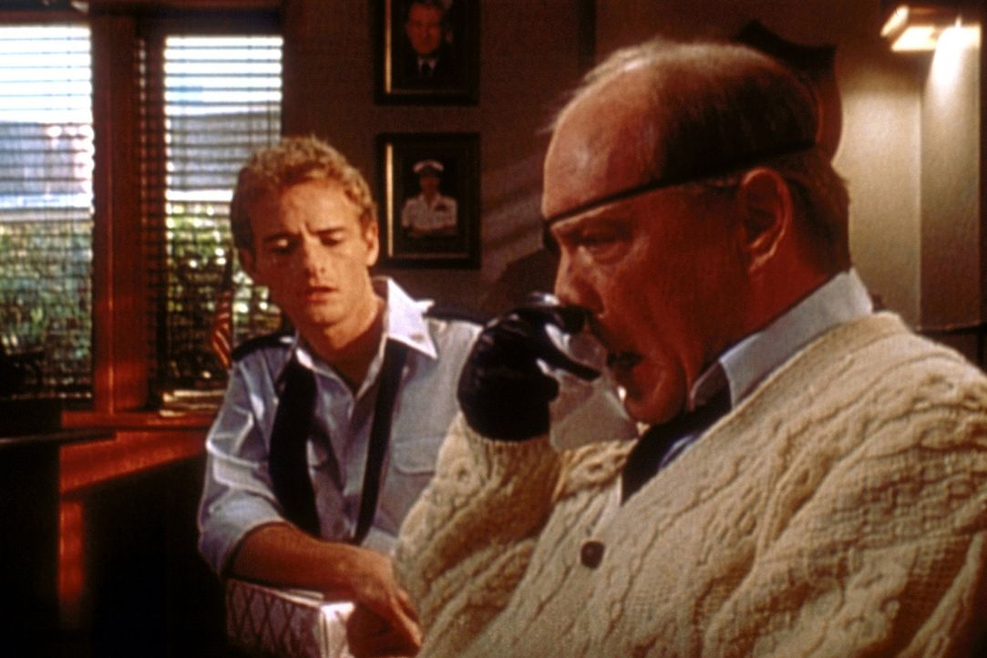Francis (Christopher Masterson, l.) spielt den Seelenklempner für Kommandant Spangler (Daniel von Bargen, r.) - mit Erfolg? - Bildquelle: TM +   2000 Twentieth Century Fox Film Corporation. All Rights Reserved.