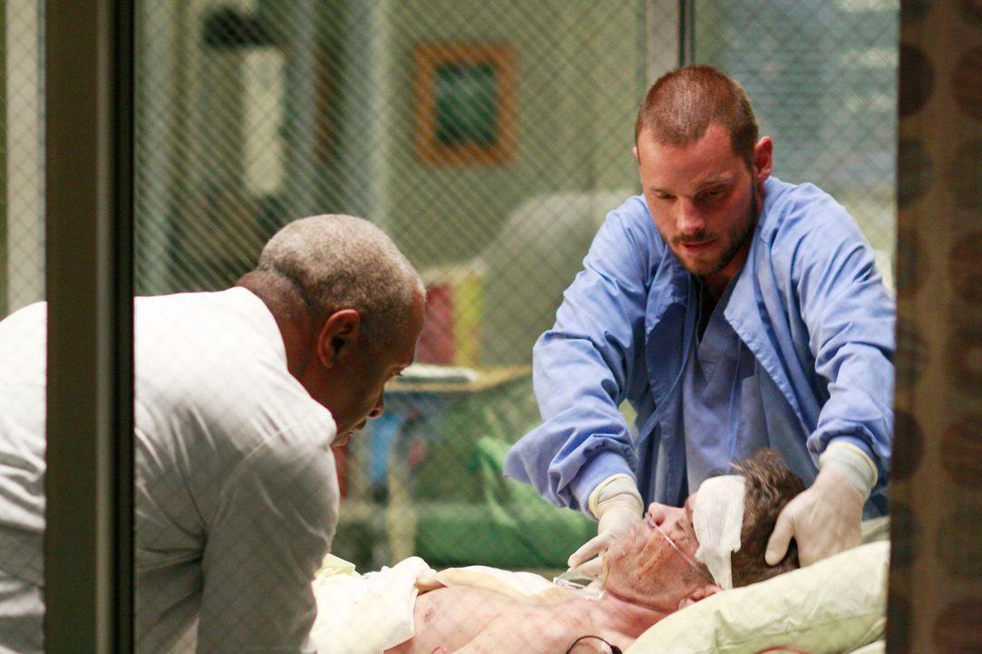 Scott Robinson (Steven Flynn, M.) wird gemeinsam mit seinem Bruder ins Krankenhaus eingeliefert. Beide wurden von einem Bären angefallen. Gemeinsam... - Bildquelle: Touchstone Television