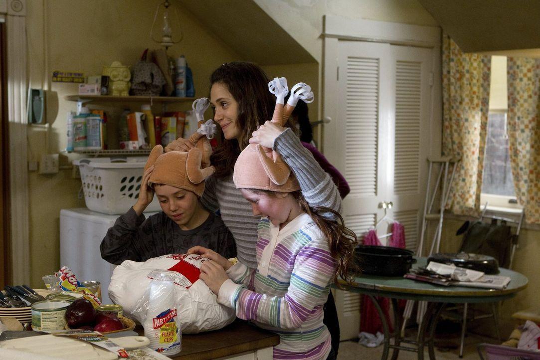 Das schöne Thanksgivingessen, bei dem die ganze Familie zusammengearbeitet hat, wird von einem unbegreiflichen Vorfall gestört. Fiona (Emmy Rossum,... - Bildquelle: 2010 Warner Brothers