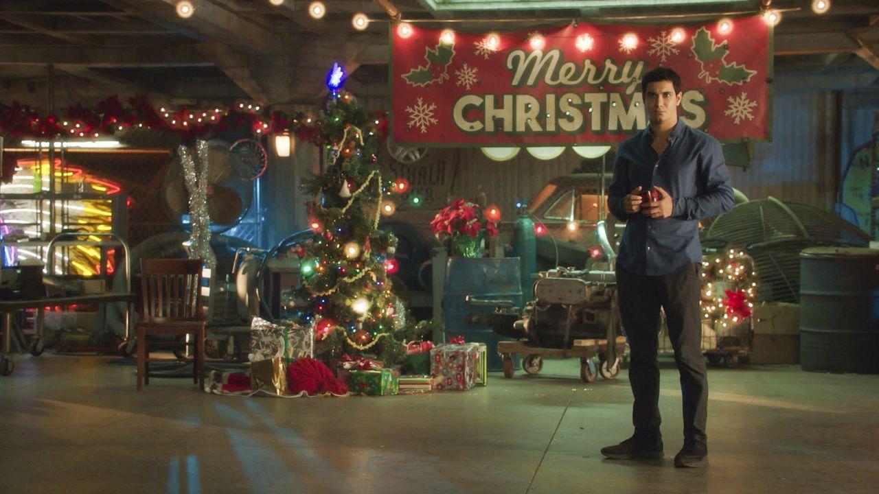 Das Weihnachtsfest wird auch für Walter (Elyes Gabel) anders, als gedacht ... - Bildquelle: 2016 CBS Broadcasting, Inc. All Rights Reserved.