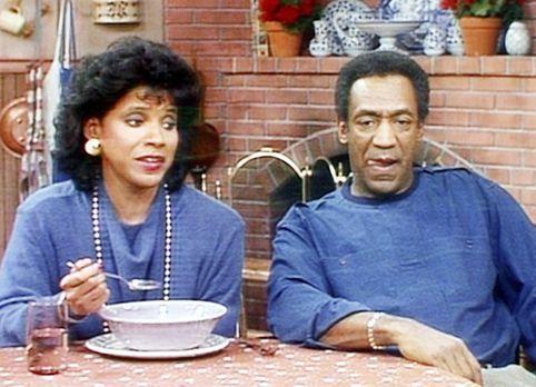 Bill Cosby Show - Clair (Phylicia Rashad, l.) isst das Essen, das ihr Mann Cl...