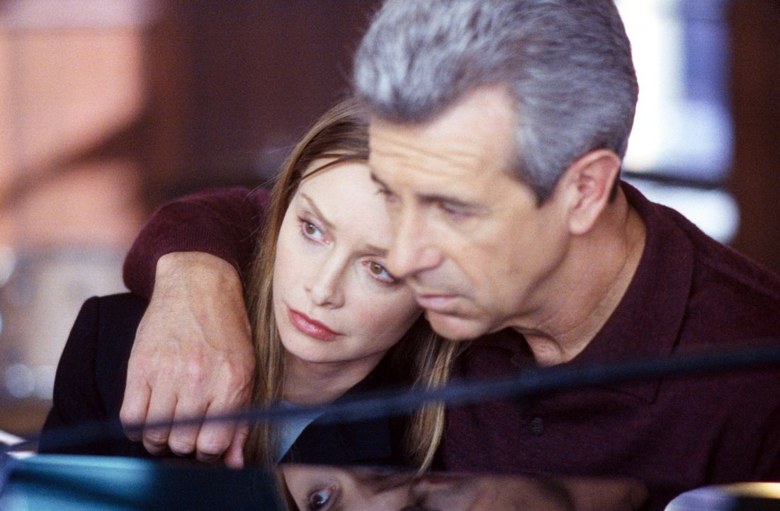 Ally (Calista Flockhart, l.) sucht Trost bei ihrem Vater George (James Naughton, r.) ... - Bildquelle: 2001 Twentieth Century Fox Film Corporation. All rights reserved.
