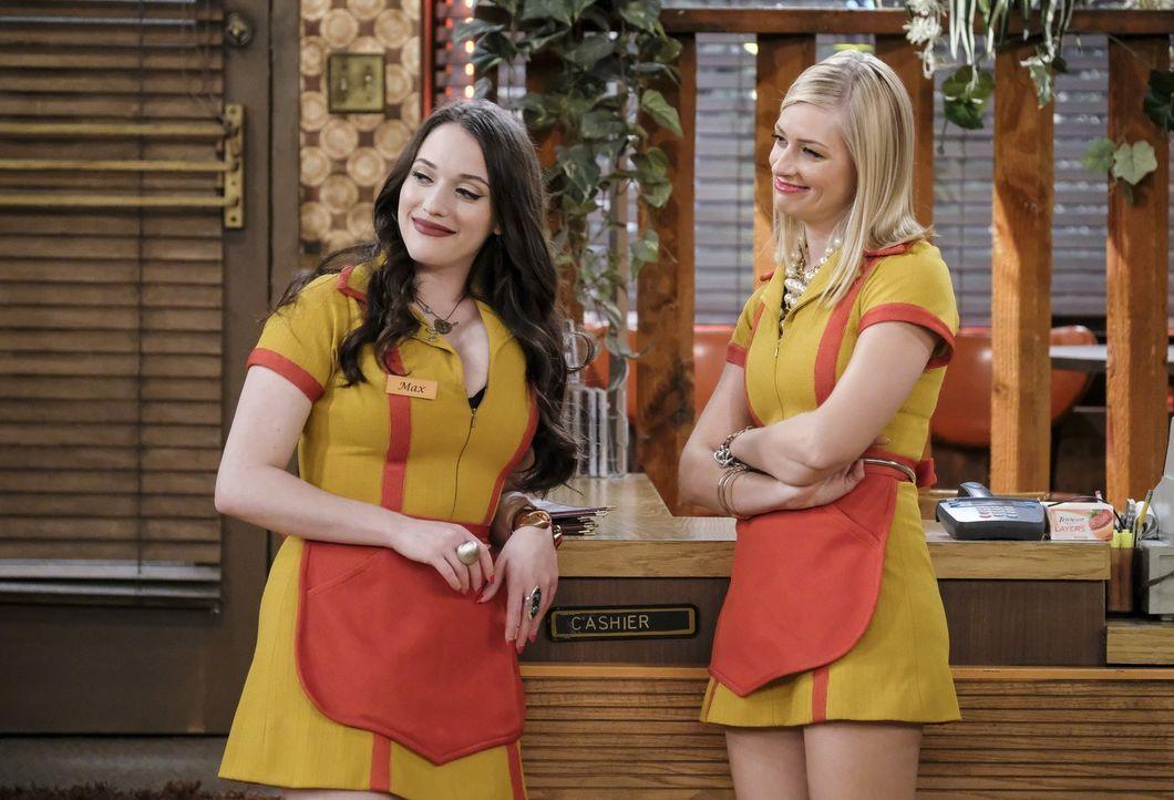 Werden sich Max (Kat Dennings, l.) und Caroline (Beth Behrs, r.) wirklich an die ganzen Vereinbarungen mit Han halten? - Bildquelle: Warner Bros. Television